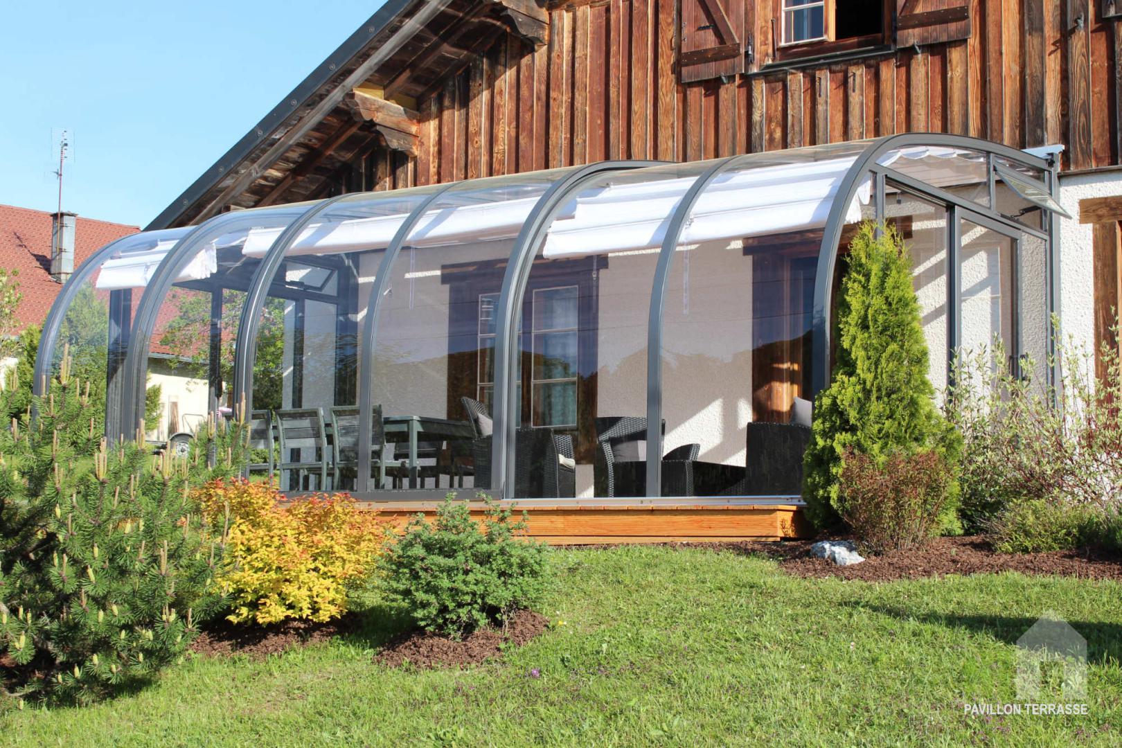 l abri de terrasse coulissant saphir de forme arrondie ou cintr e et au vitrage transparent. Black Bedroom Furniture Sets. Home Design Ideas